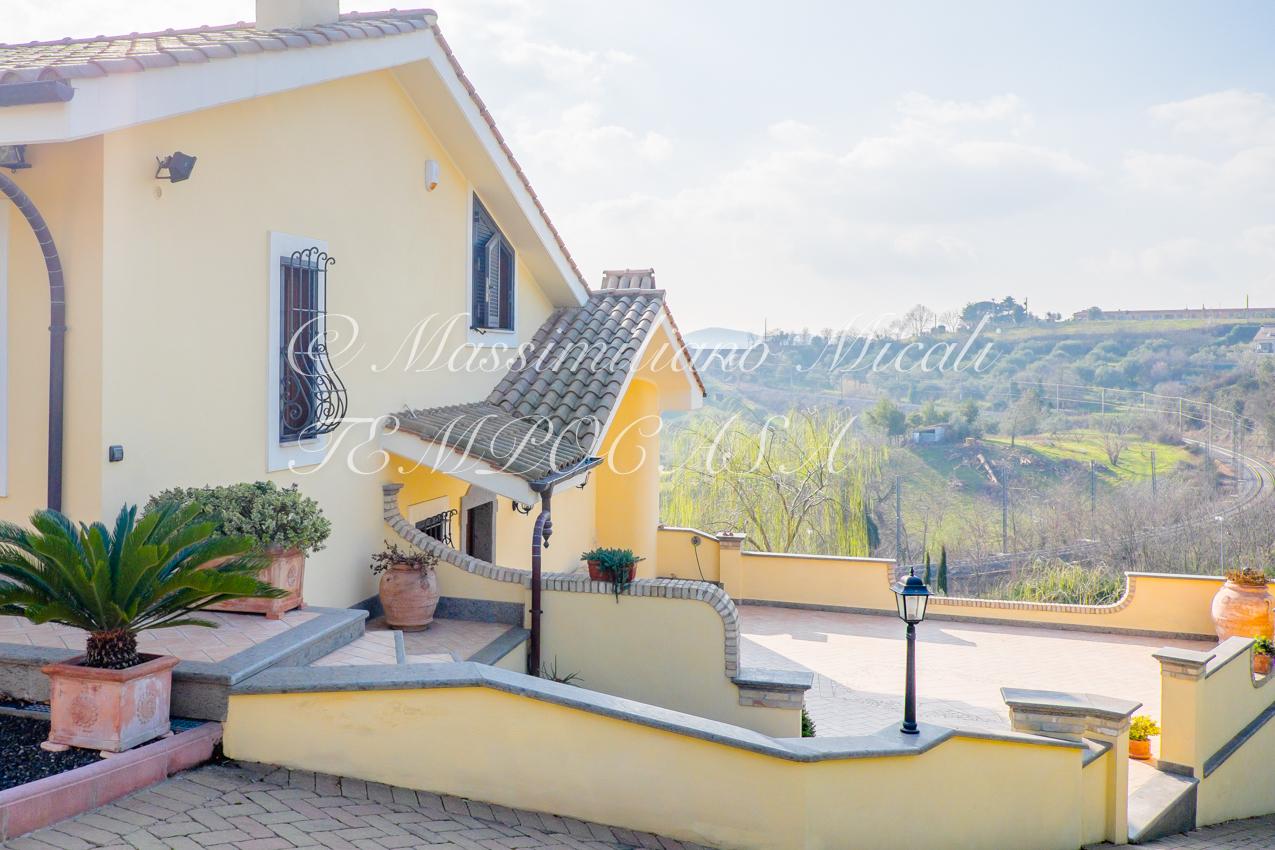 Villa bifamiliare con rifiniture di pregio rif mar - Rifiniture giardino ...